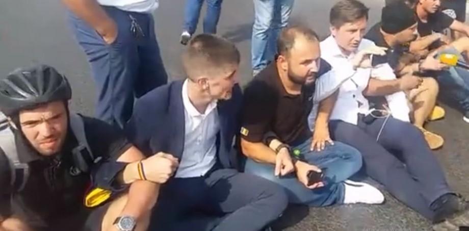 (video) Organizatorii manifestațiilor din data de 1 septembrie, Vlad Bilețchi și Ion Leașcenco au fost amendați cu 1500 de lei fiecare