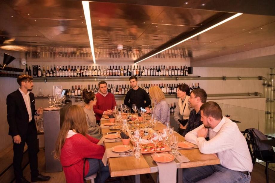 (foto) Bucătărie proprie și peste 200 de etichete de vin. La Chișinău a fost deschisă o nouă vinotecă – Casa Dacă