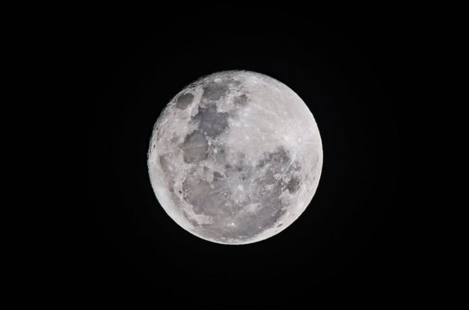 Pregătește-ți plapuma caldă, ceaiul și fugi la geam. Super Luna Zăpezii va putea fi urmărită astăzi în Moldova