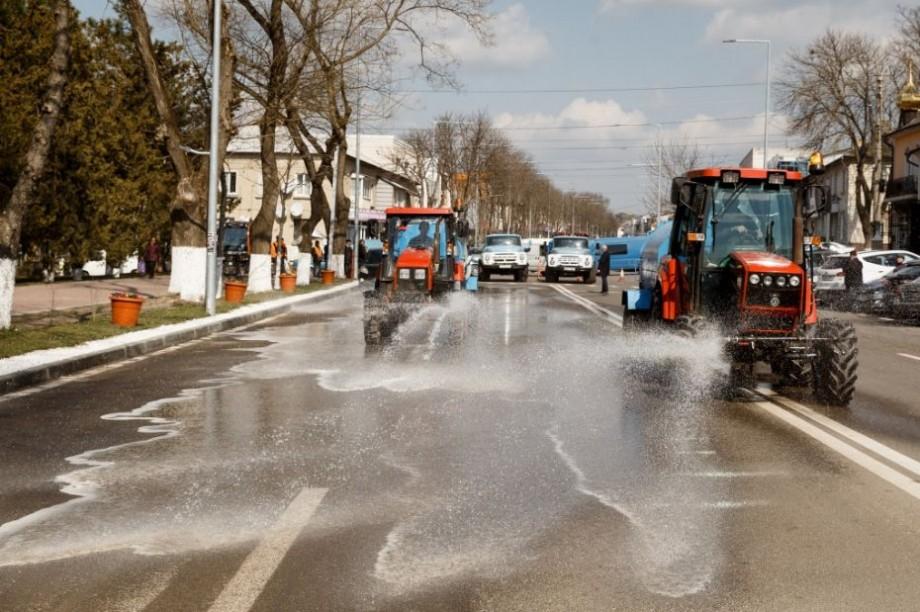 """Drumuri """"mătăsoase"""" la Orhei. Străzile din oraș sunt spălate cu șampon"""