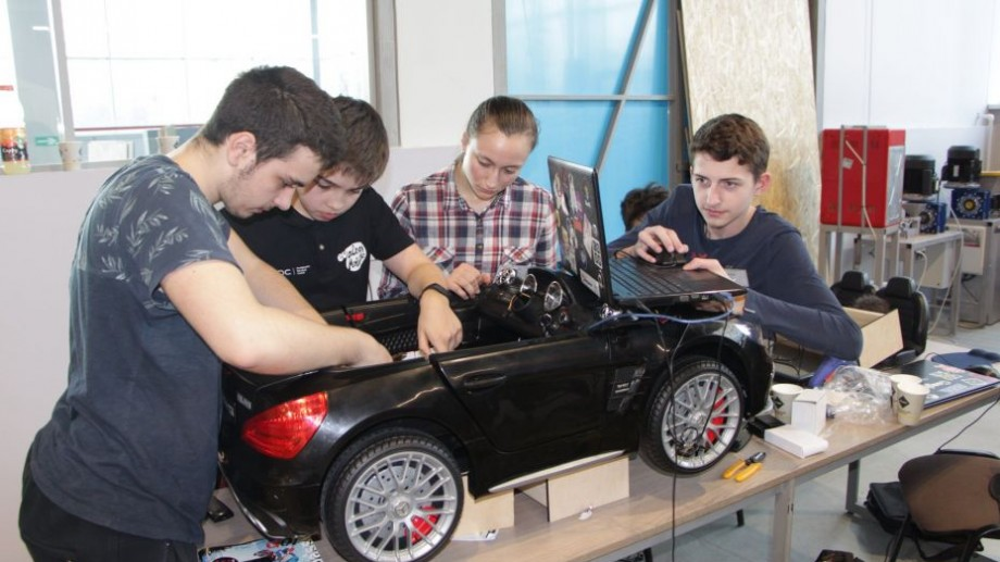 (foto) Peste 40 de elevi și studenți din Moldova au proiectat mașini autonome
