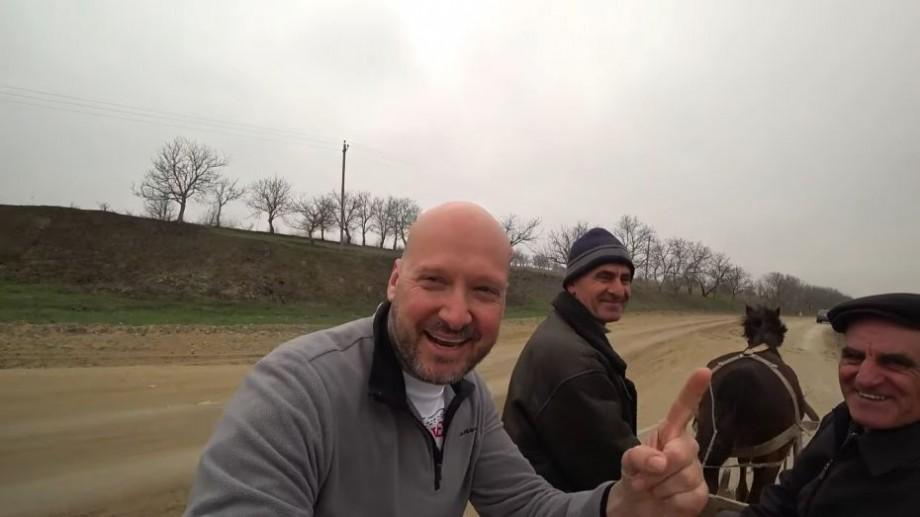 (video) A mers cu căruța și a vizitat o biserică. Vloggerul din Anglia care a criticat Chișinăul a vizitat satul Ratuș